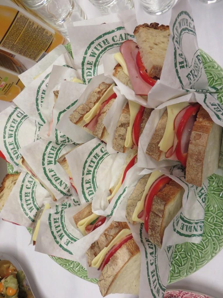 Goda smörgåsar som komplement till kvargen för en komplett frukost