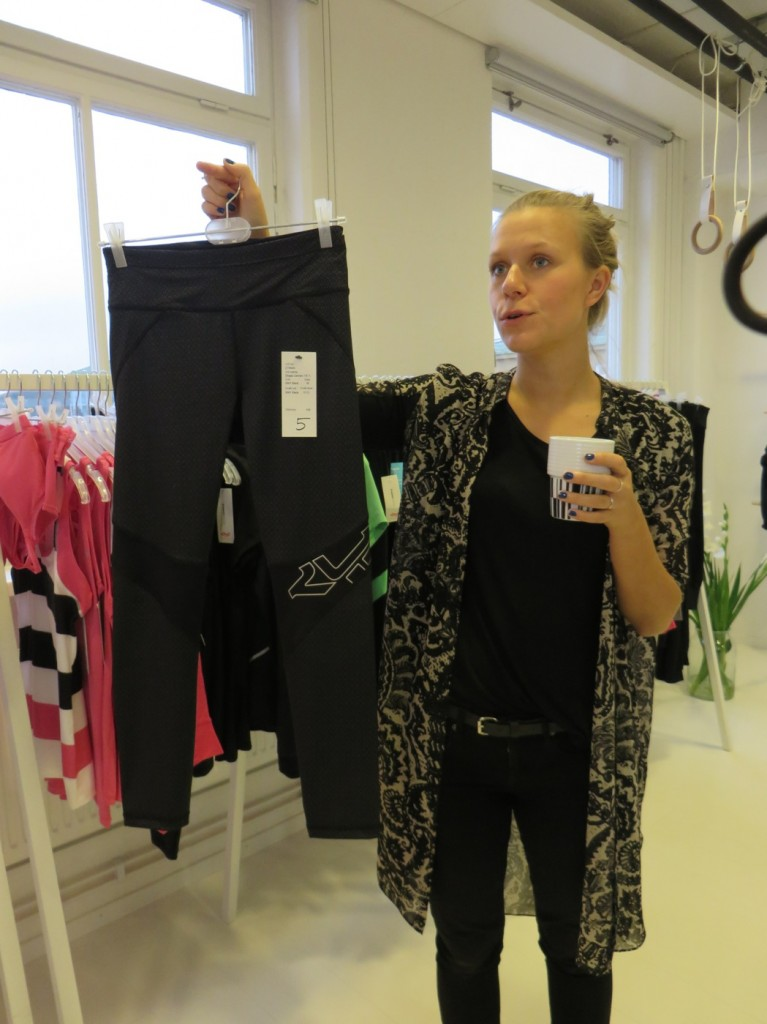 PR-ansvariga Isabel Öhrn visar upp vårens shapetights med nytt mönster och markerad rumpa