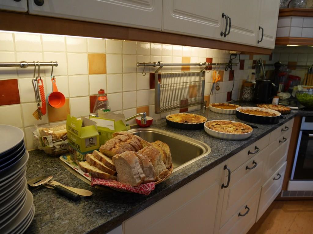 Jag bjöd på pajer, smör bröd och ost och en fräsch grönsallad