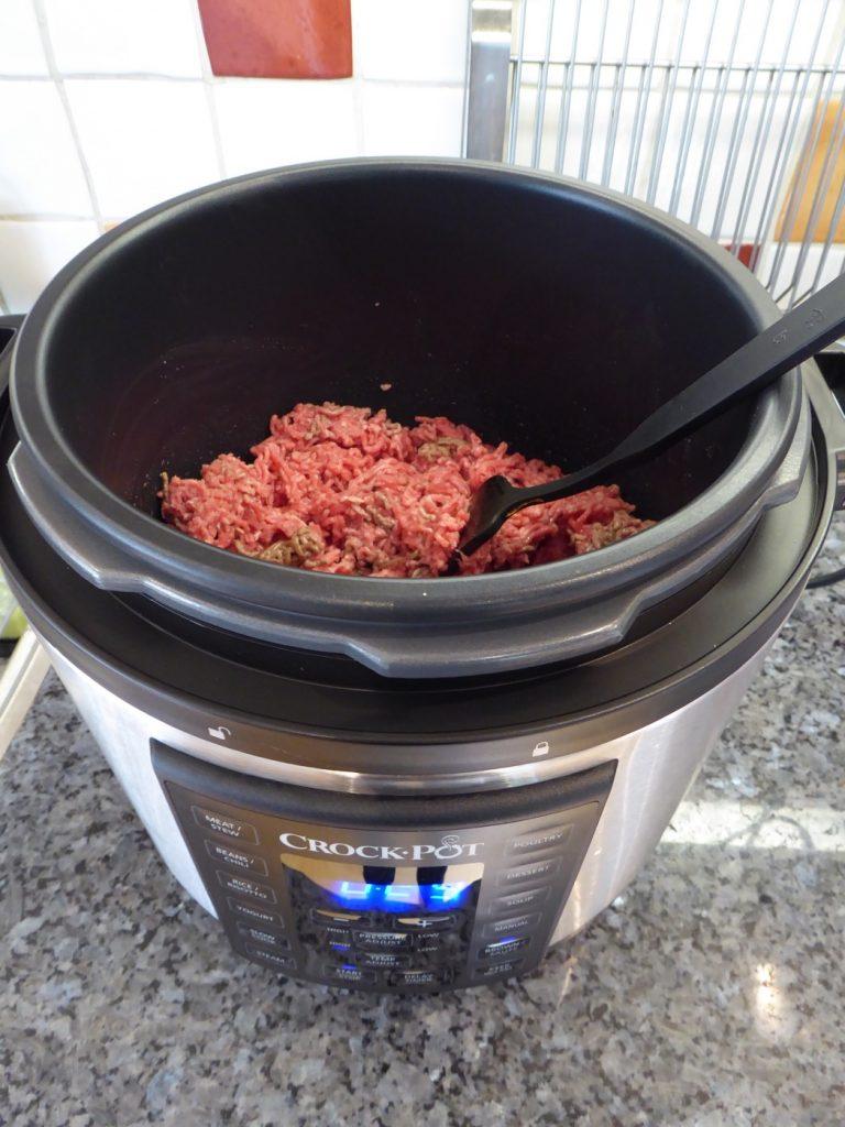 Här bryner jag köttfärsen och när den är klar även grönsakerna.