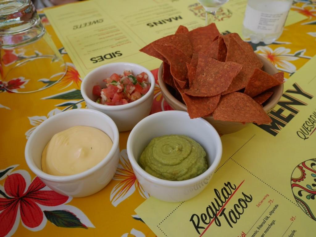 Tostadas med salsa, guacamole och cheddardipp