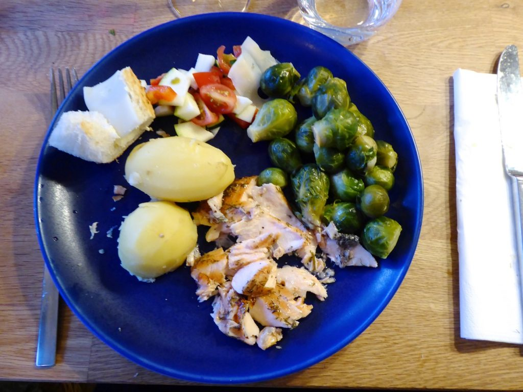 Måndag - Ugnskokt lax med sauce verte, kokt potatis och brysselkål.