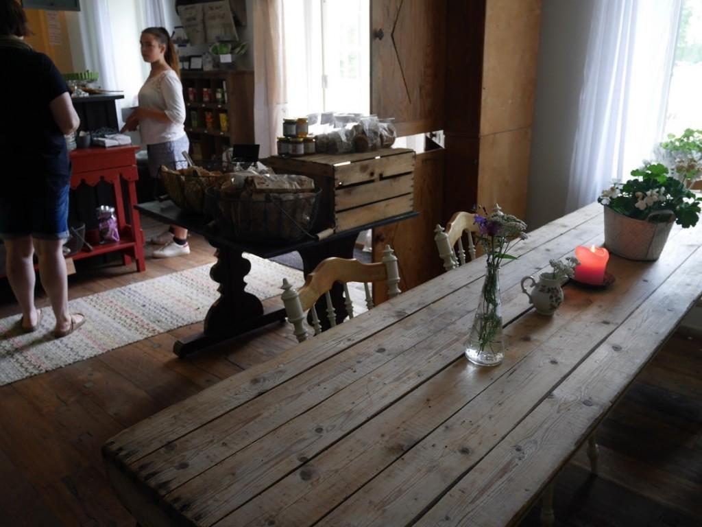 Rustika fina träbord för de som sitter inne och fikar.