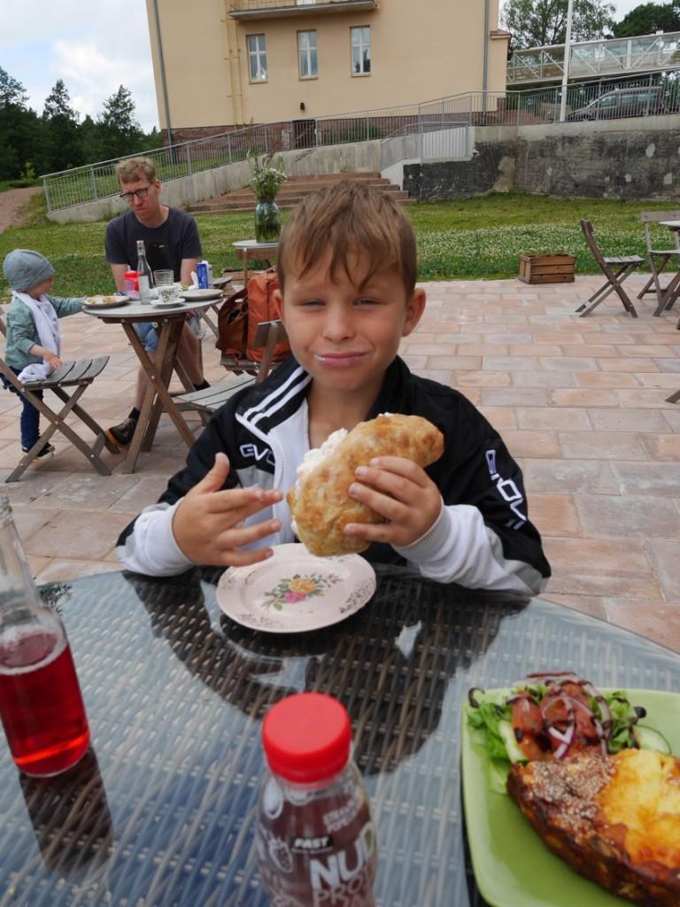 Barnen åt med god aptit och älskade maten och fikat.