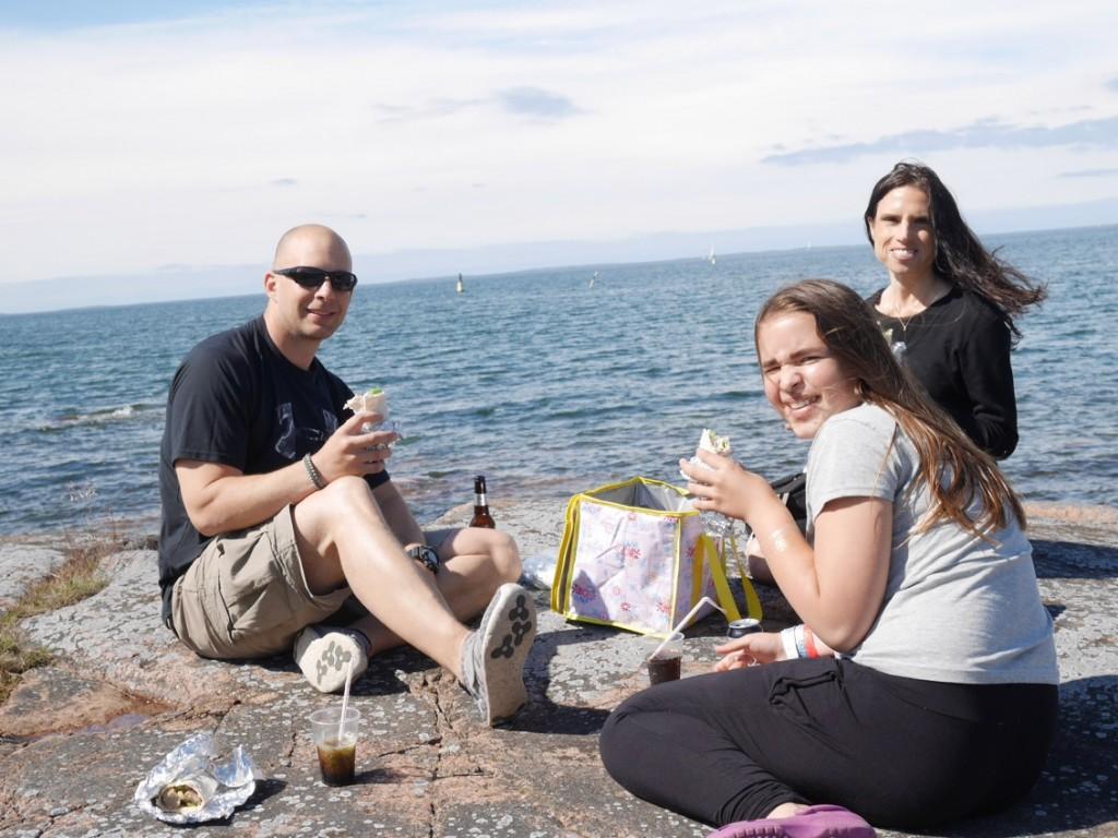 Härligt att njuta av picknick på solvarma klippor.