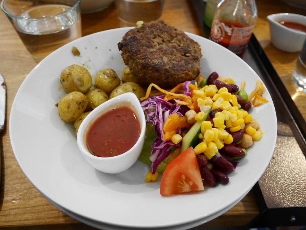 Köttfärsbiffar och potatis på restaurang Kalori i Kungshallen.