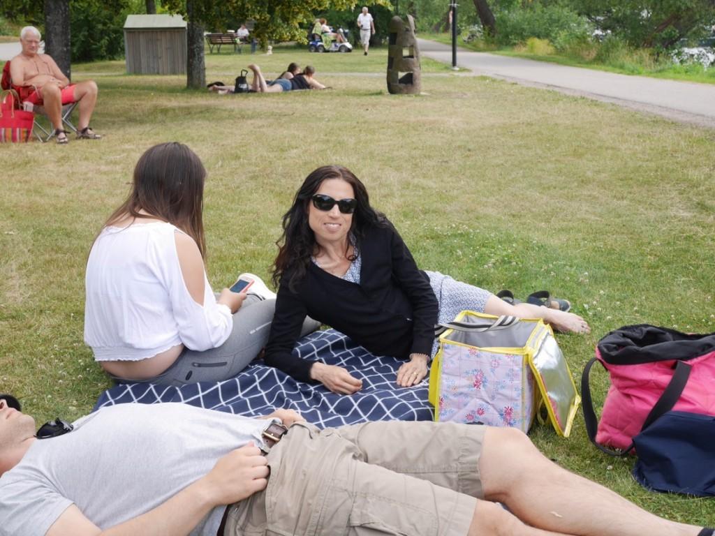 Mysig picknick vid strandpromenaden.