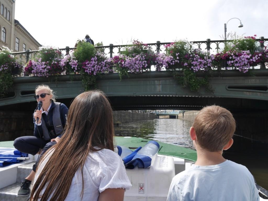 Turen går under kanalernas olika höga och låga broar.
