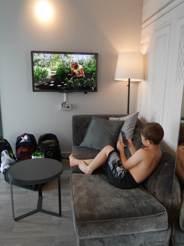 Vardagsrum med soffa, bord och sittpuffar