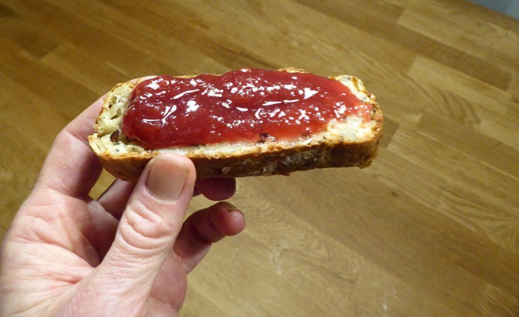 Nybakat kesobröd med smör och marmelad.