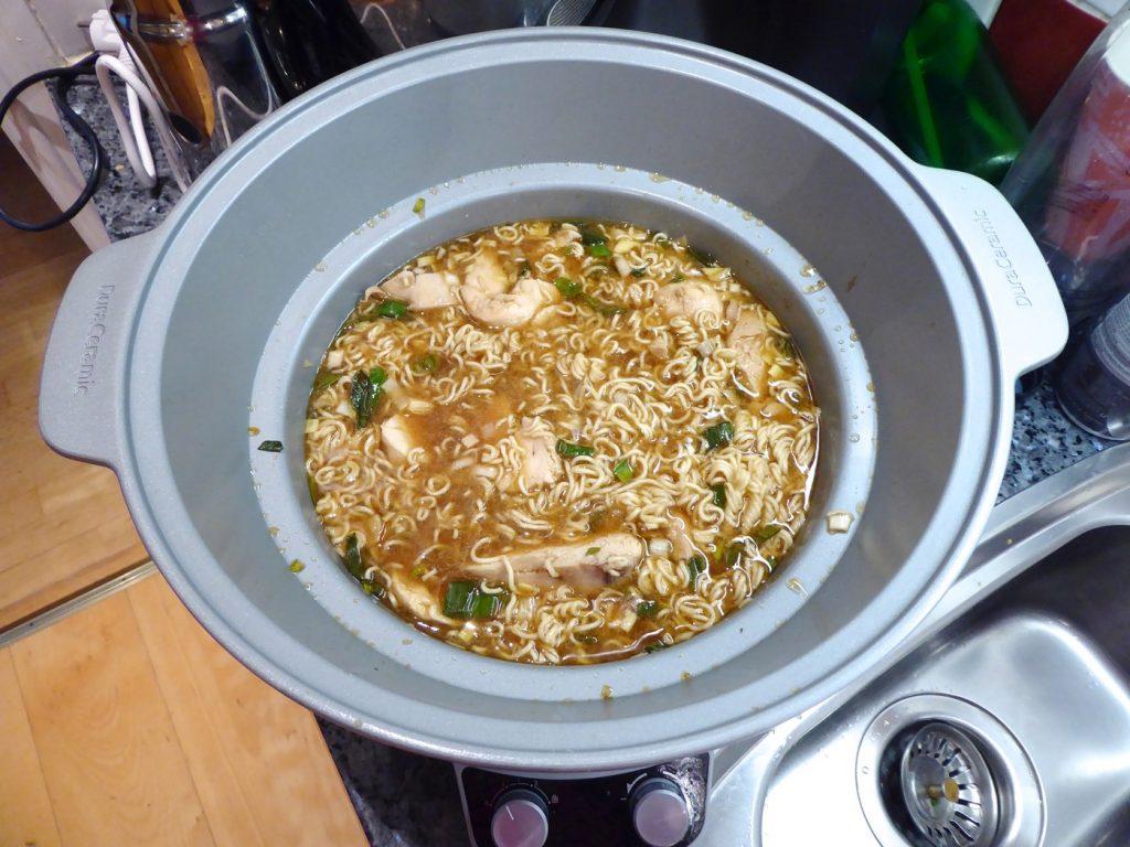 Ramensoppa med kyckling i Crock Pot färdig att servera.