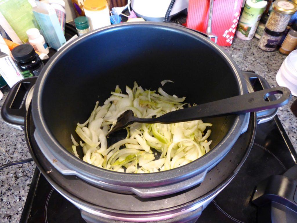Bryner både kyckling och lök innan slow cook.