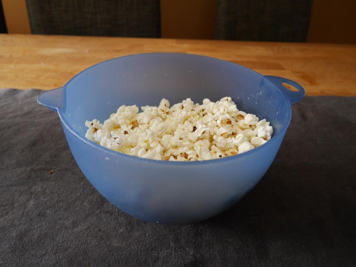 poppa popcorn i smör