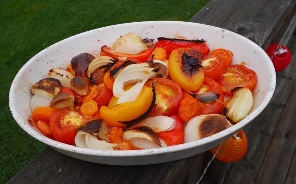 Ugnsbakade grönsaker utgör grunden för en bra tomatsås!