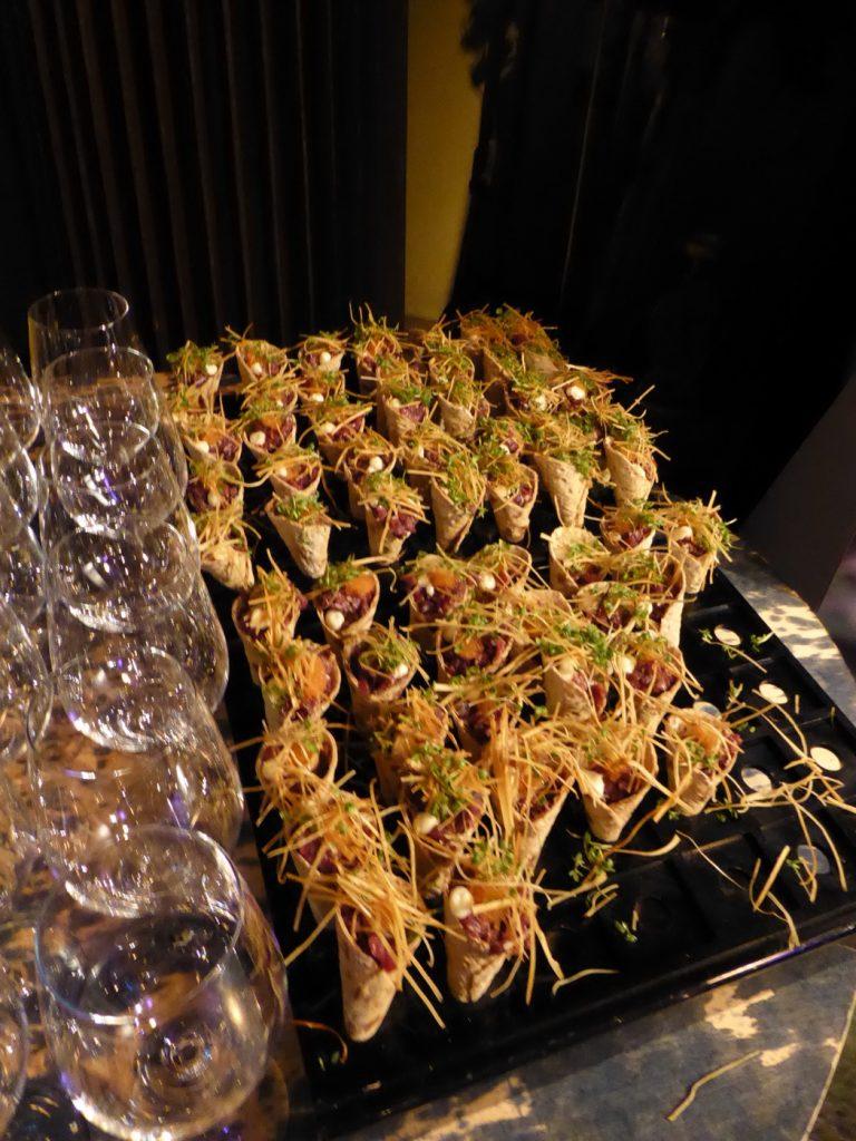 Tunnbrödsstrut med souvas, pepparrotscreme, friterad pepparrot o löjrom
