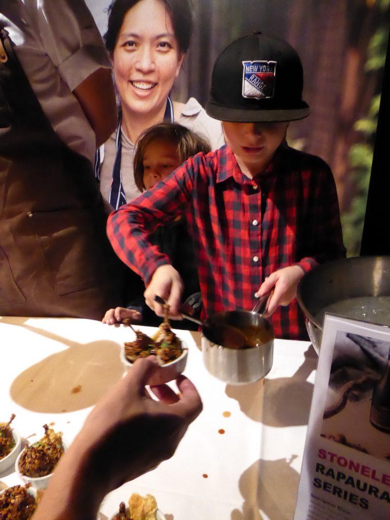 Niklas son Vinston hjälper till att hälla på hummerredutkion.