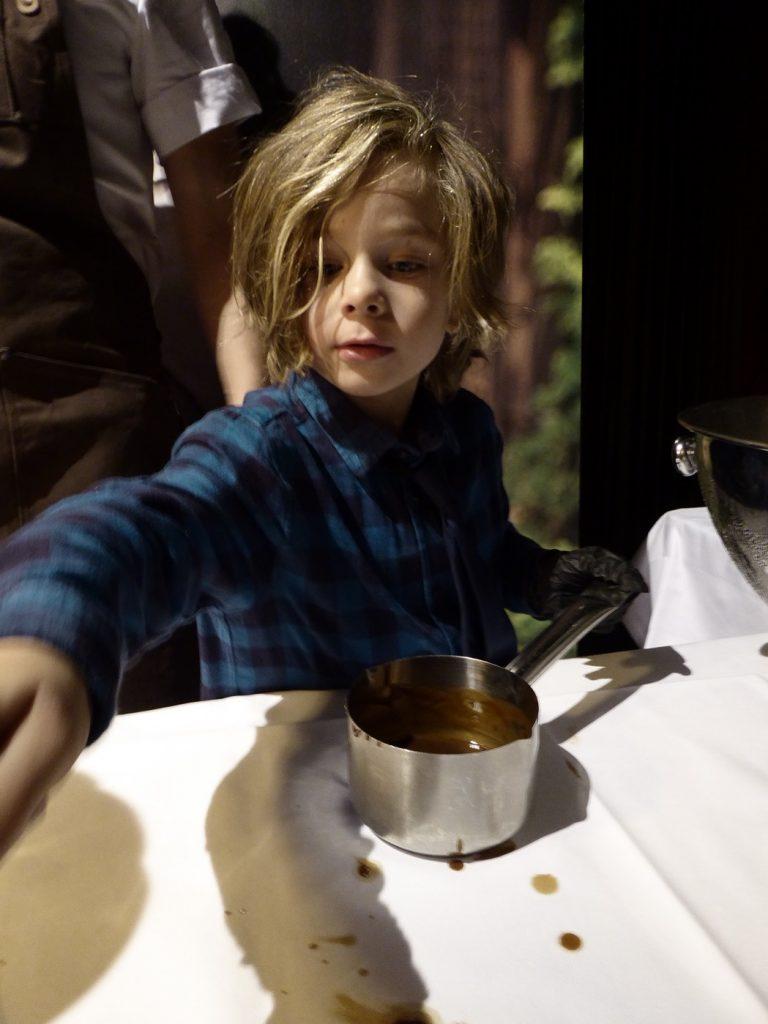 Charmtrollet John vill bli uppfinnare när han blir stor. Inte kock!