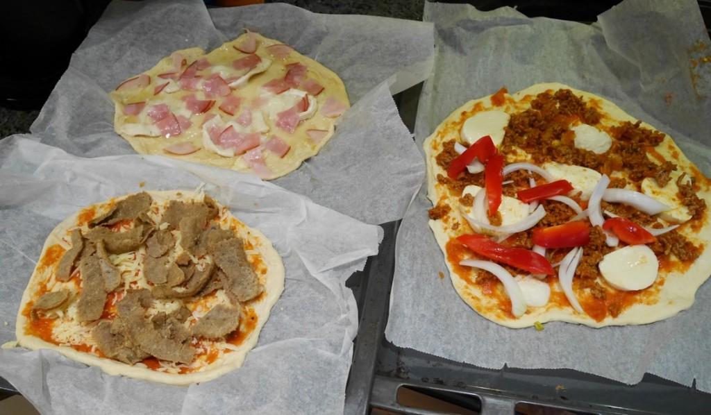 Tre olika toppings - kebab, köttfärs och skinka.