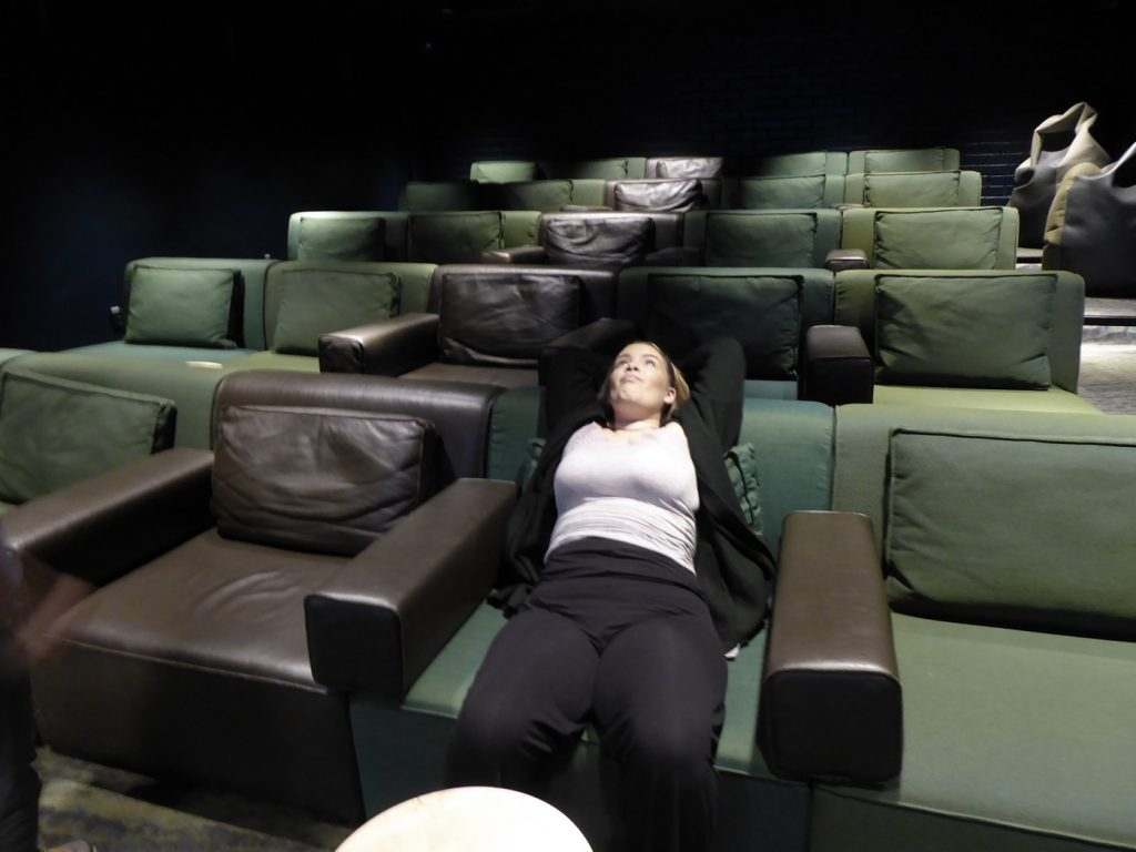Helt ensamma i biosalongen.