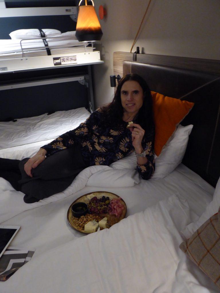 Vilken lyx! Äta godsaker i sängen! Toppklass!