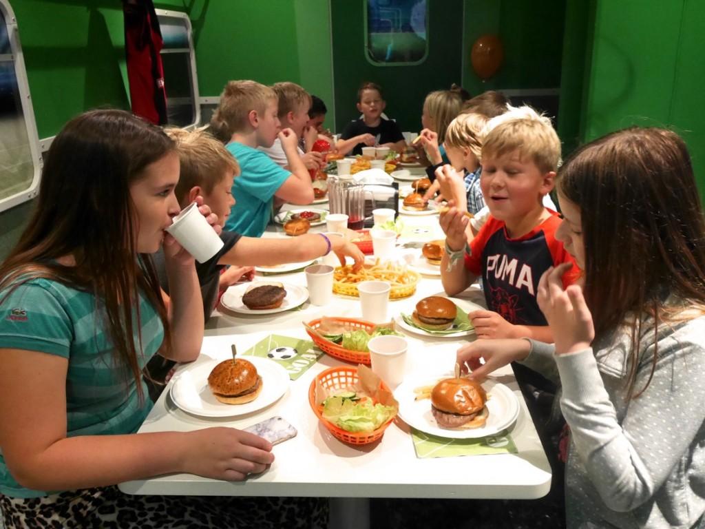 Goda saftiga hamburgare, pommes och grönsaker!