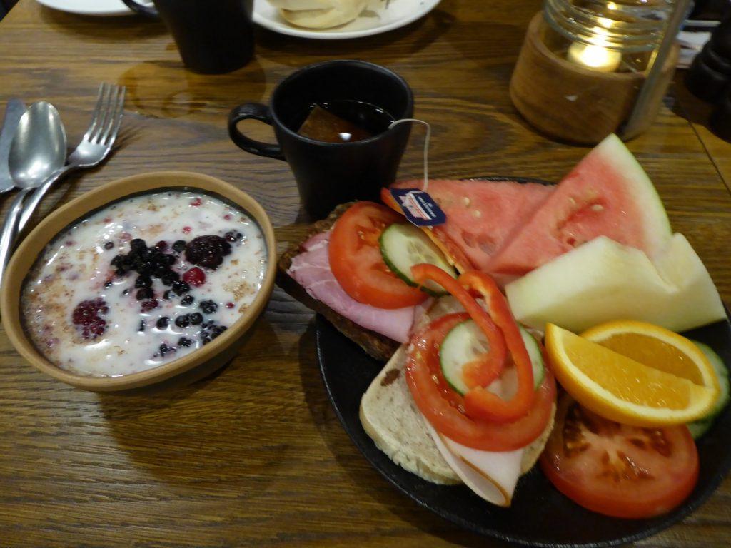 Gröt, smörgåsar, frukt och croissant - bra start på dagen!