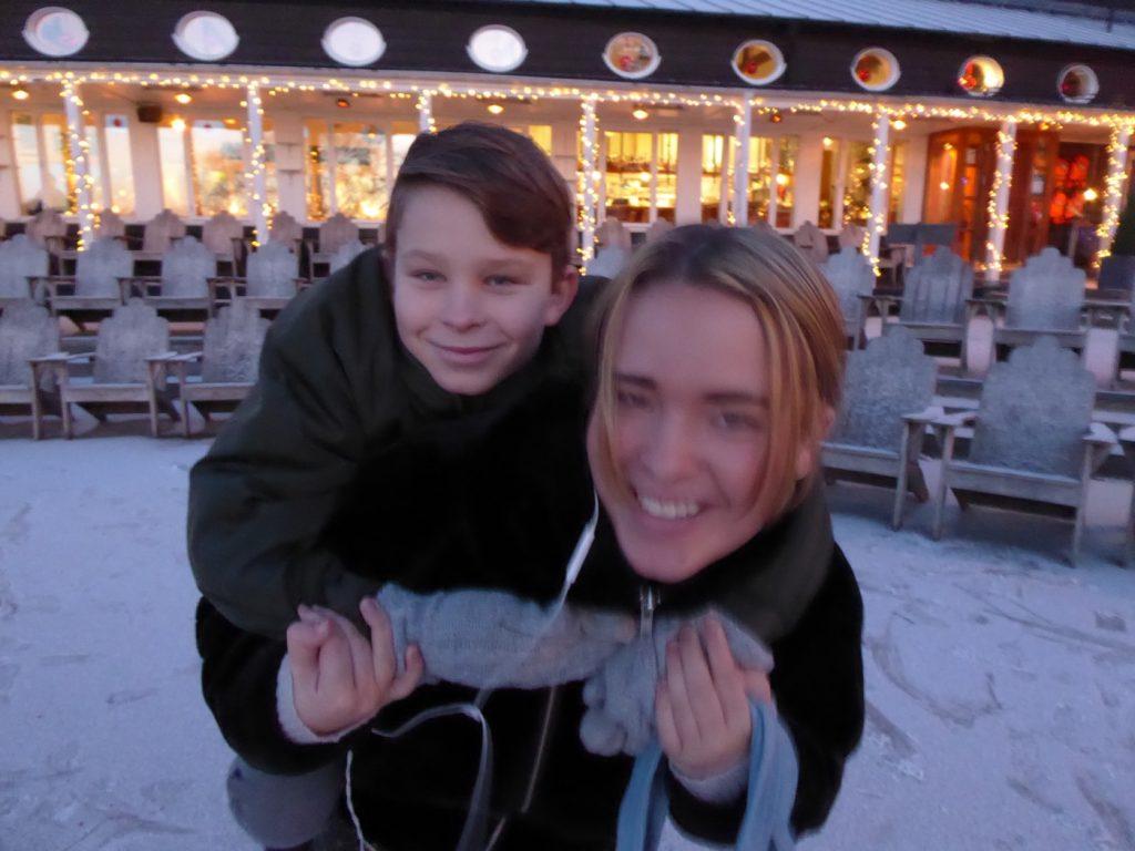 Fina uppklädda barn i väntan på båten till Julbord på Rökeriet 2018