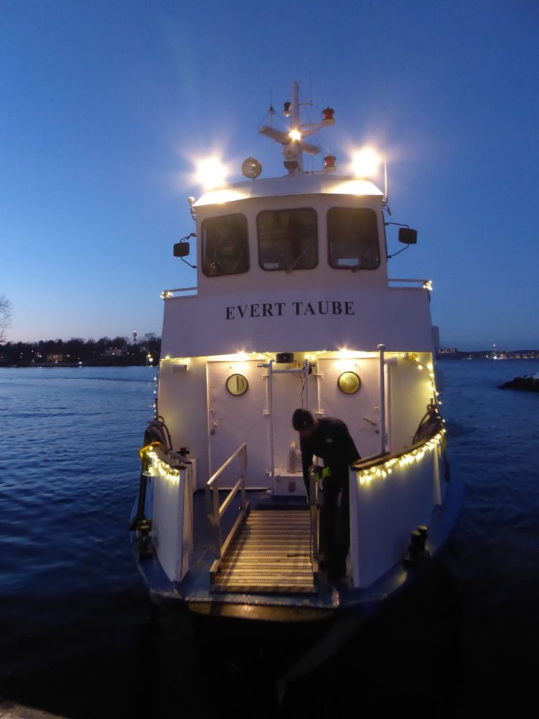 Oerhört mysigt att se ett upplyst vinterStockholm från vattnet.