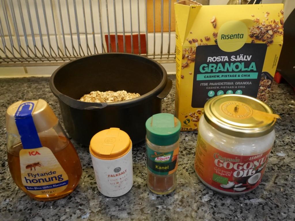 Tillsätt olja, honung, kryddor och salt och rör ihop i en bunke.