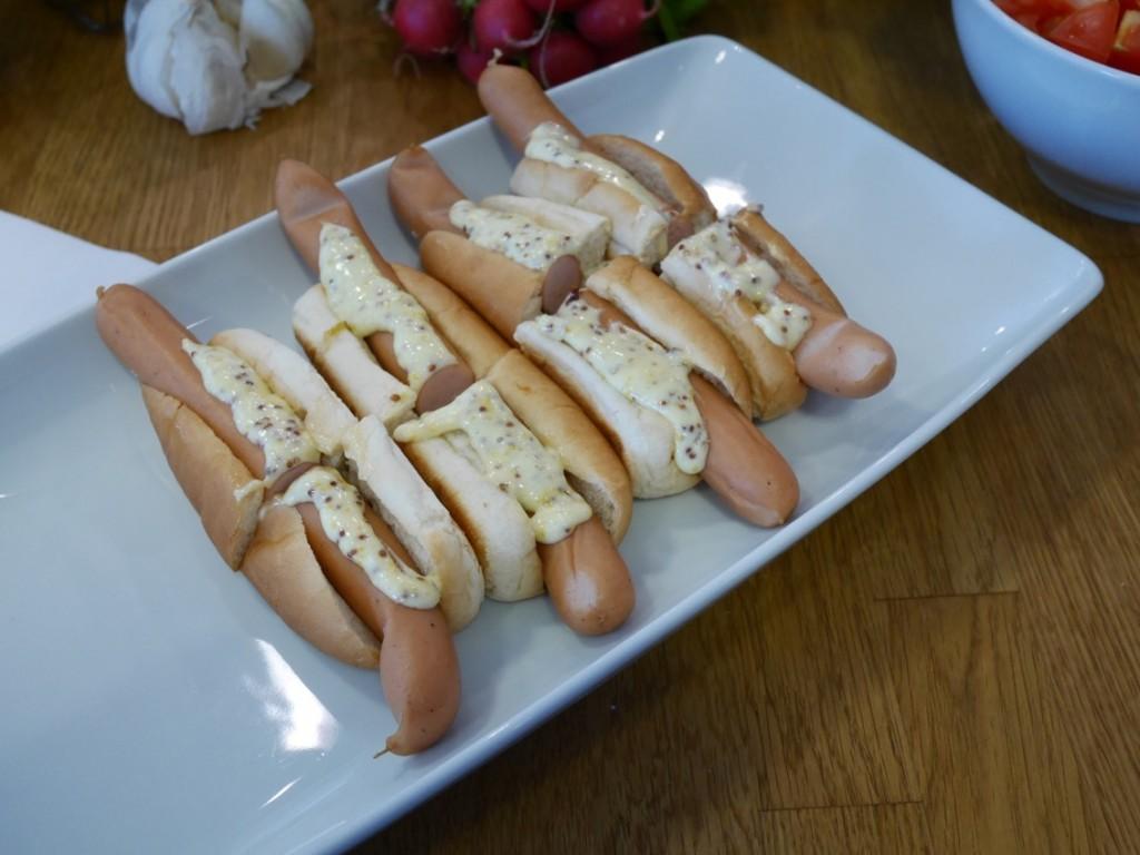 Mingelmat - Kycklingwienerkorv toppat med karamelliserad lök och grov senapsmajjo.
