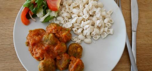 Grönsaksbullar med pasta, tomatås och broccoli
