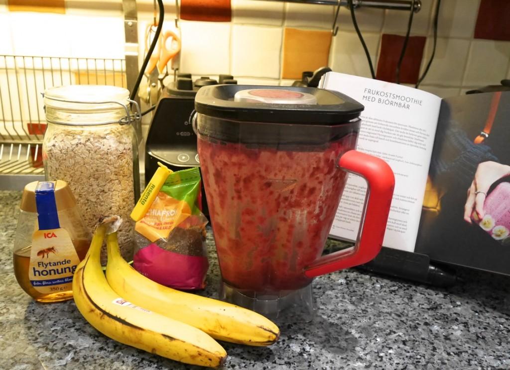 Gör smoothien och blanda sedan ner havregryn och chiafrön. Dekorera med banan direkt i burk.