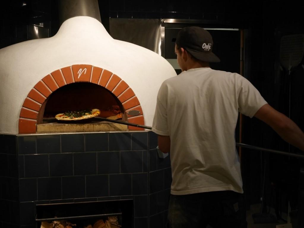 En och en halv minut gräddas pizzorna.