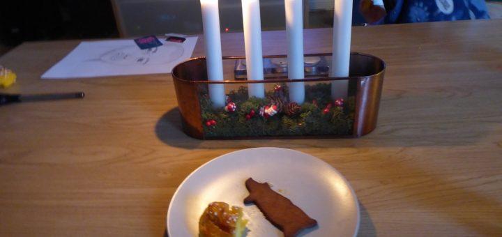 Adventsfika framför julkalendern.