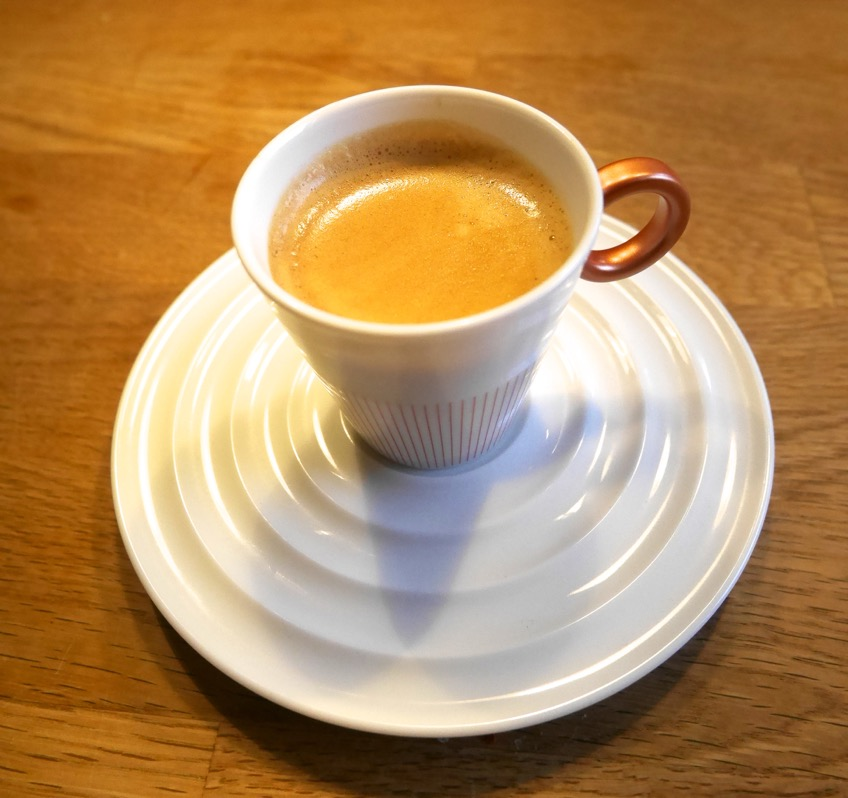 Gott kaffe i en vacker Nespresso-kopp