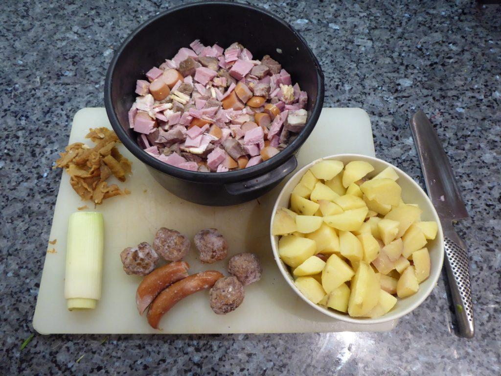 Ingredienser till pyttipanna med ägg.