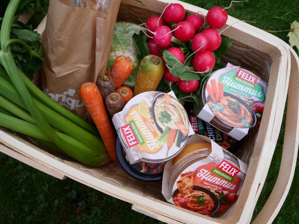Hummus, bröd och grönsaker är perfekt som gott och hälsosamt vegetariskt snack!