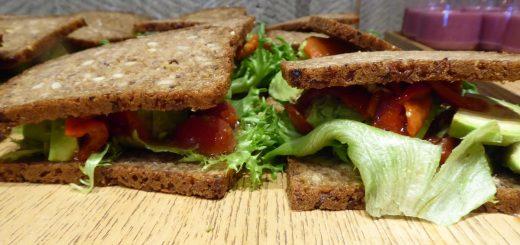 Serveras man sådana här goda avokadosmörgåsar har jag inga problem att få i mig fullkorn!