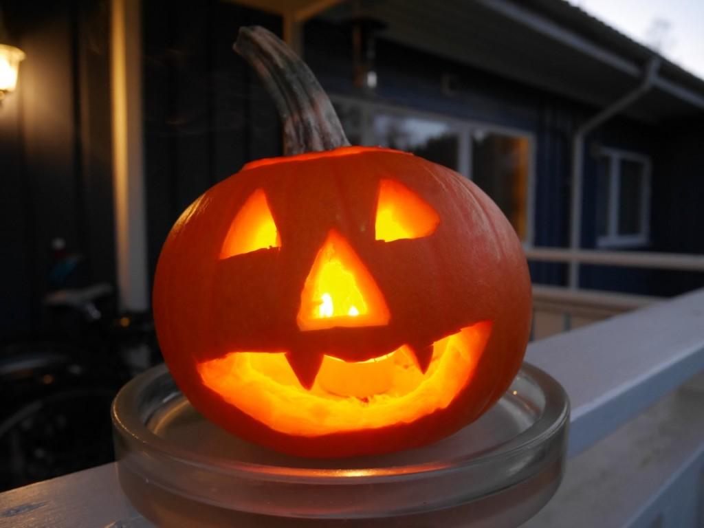 Oerhört vackert med en tänd pumpalykta till Halloween.