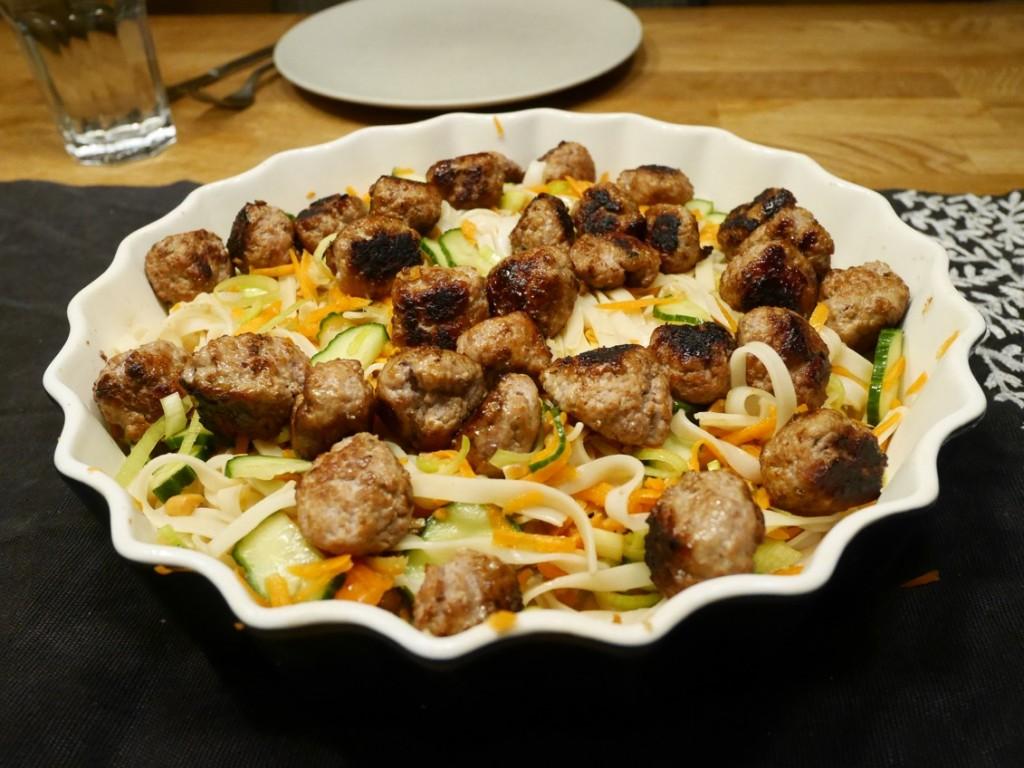 Köttbullar Vietnam-nam med krispig nudelsallad och syrlig dressing.