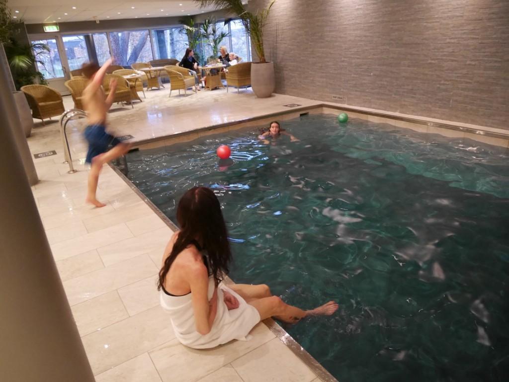 Dopp i poolen. Gustaf tar sats för bomben.