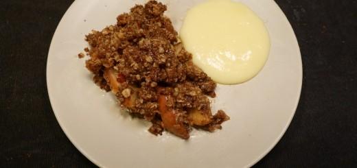 Äppelpaj med hemgjord vaniljsås.
