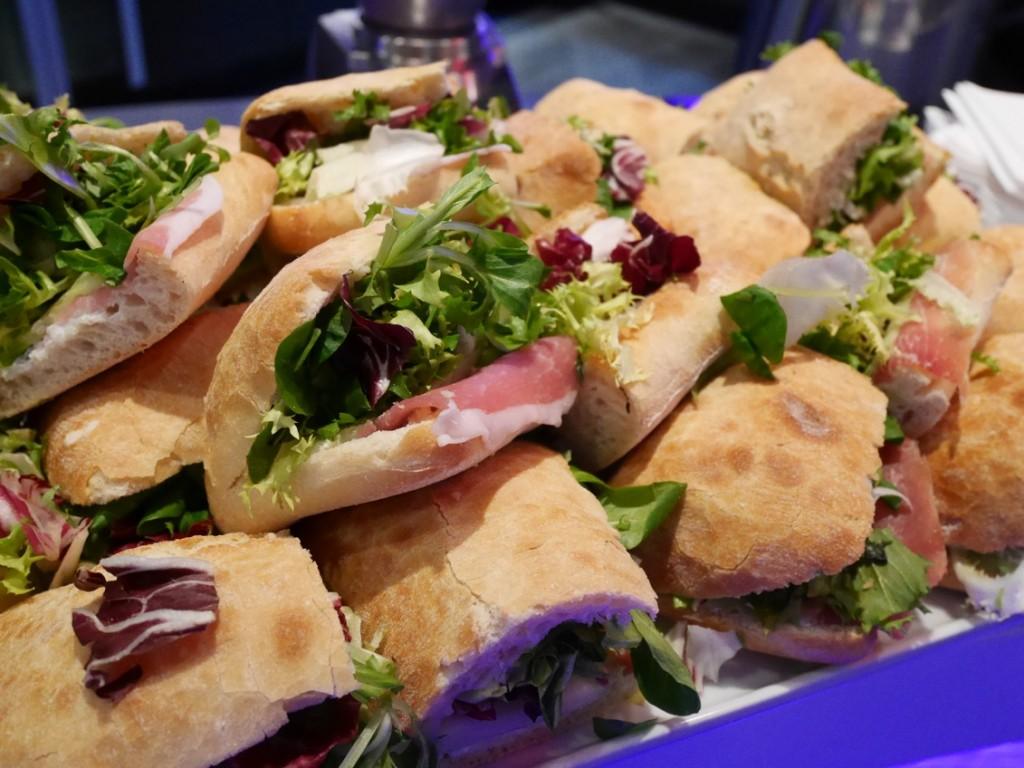 Underbara färska smörgåsar med lufttorkad skinka och grönsaker.
