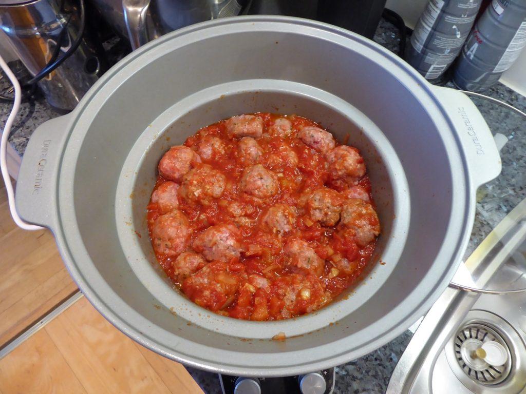 Ner med bullarna i tomatsåsen.
