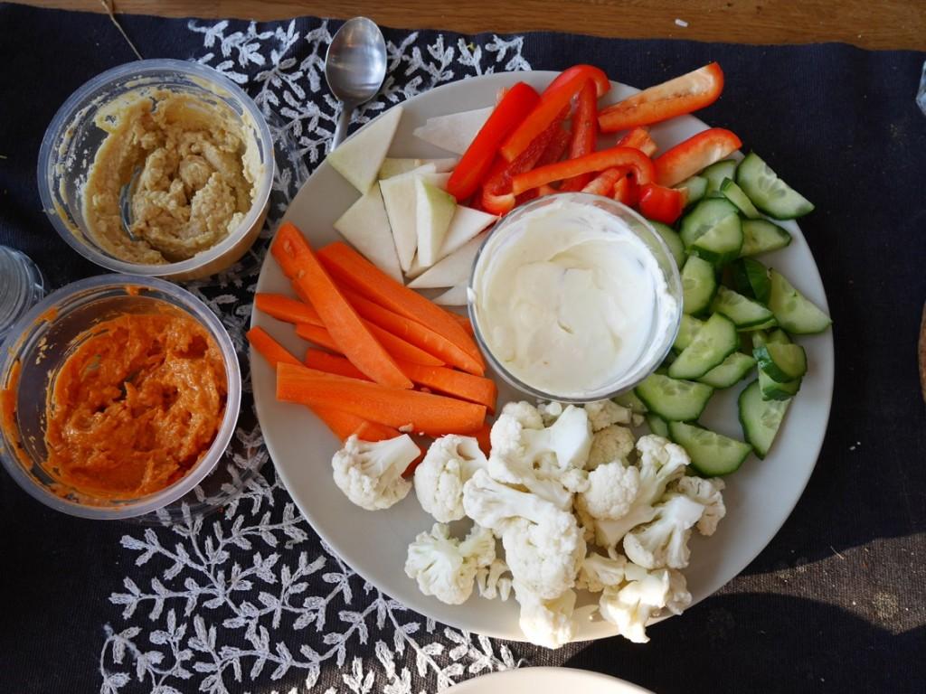 Grönsaker med citrondipp och hummus.