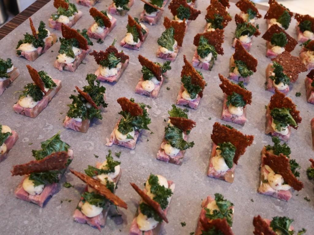 Kanapé gjord på kallskurna charkuterier med pepparotsmajonnäs och rårörda lingon