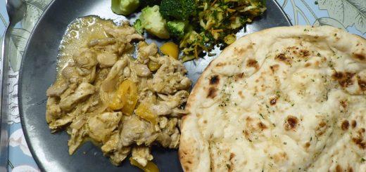 Kormagryta med kyckling och curryrostade kikärtor och sesamnaan-bröd