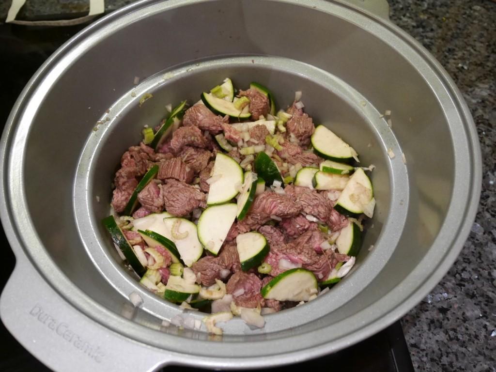 Här bryner jag kött och grönsaker direkt I Crock-Pot-grytan satt på spisen.