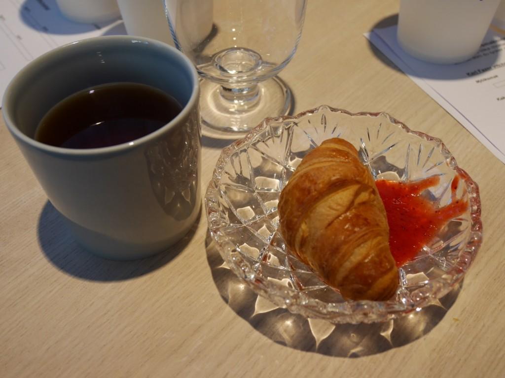 Färska, spröda croissanter som doppas i välsmakande sylt!
