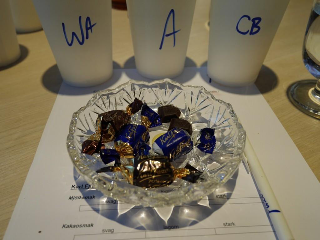 Fyra sorters praliner, två sorters kakaomassa och kakaosmör stod på provningens meny.